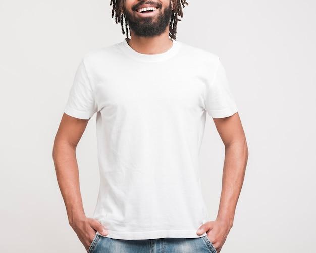 Vista frontale uomo in abiti casual