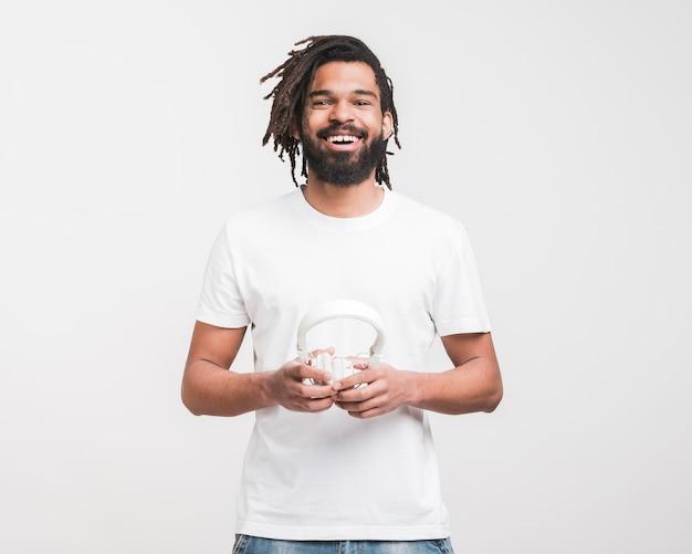 Vista frontale uomo in maglietta bianca