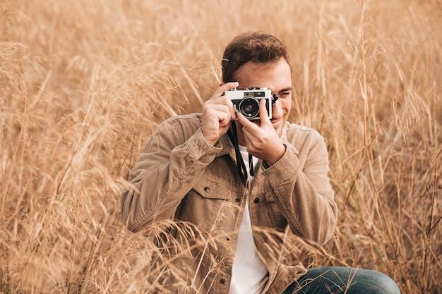 Vista frontale uomo scattare foto