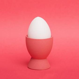 Vista frontale uovo bianco a supporto
