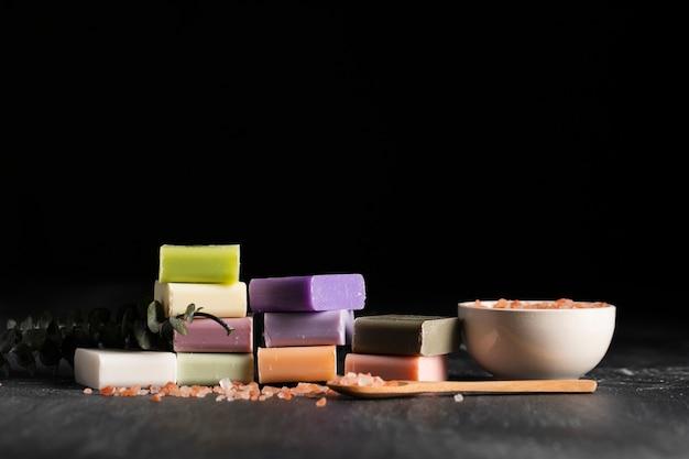 Vista frontale vari tipi di sapone fatto in casa