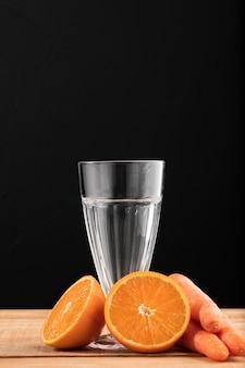Vista frontale vetro e arance