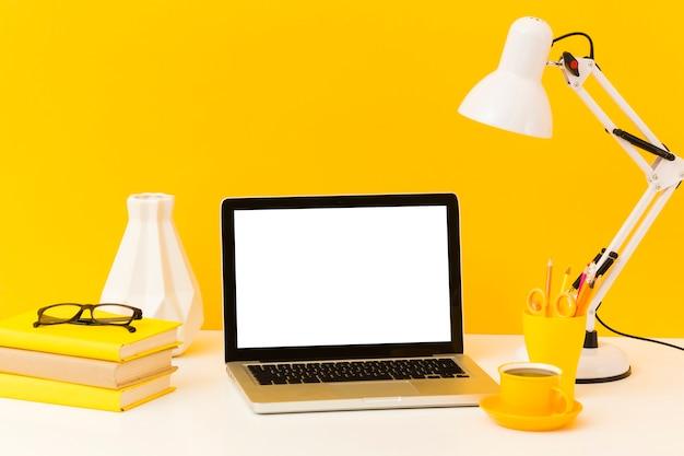 Vista frontale vuota del caffè e del computer portatile