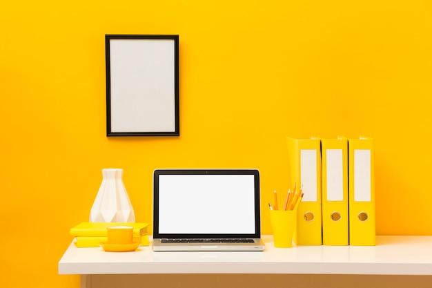 Vista frontale vuota del telaio e del computer portatile
