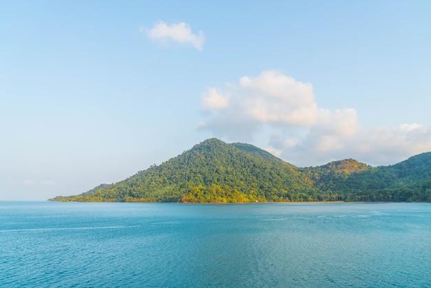 Vista generale dell'isola tropicale dal mare