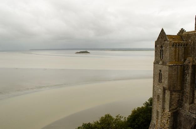 Vista generale della baia di sabbia dal cortile del monastero mount st. michael, norman
