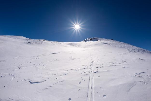 Vista grandangolare di una stazione sciistica nella stagione invernale.