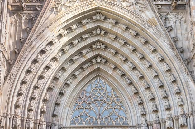 Vista grandangolare sul portale principale della cattedrale gotica di barcellona