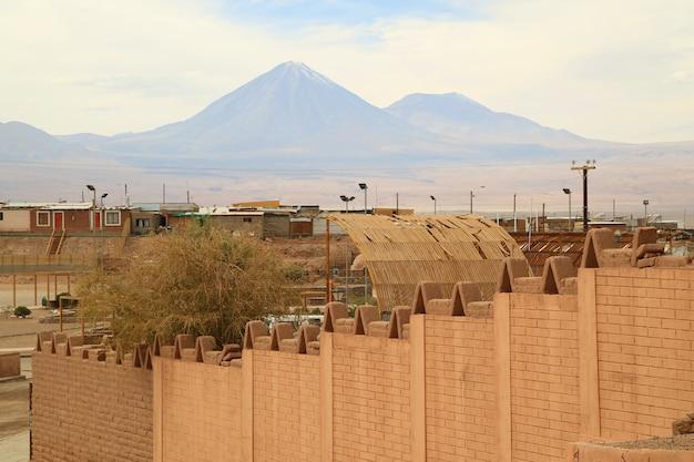 Vista incredibile del vulcano licancabur visto dalla città di san pedro de atacama, cile
