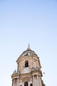 Vista inferiore della torre della chiesa