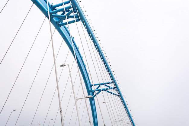 Vista inferiore di ponte in una giornata nebbiosa