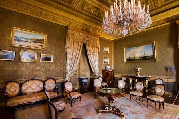 Vista interna di una delle belle camere del palazzo ajuda situato a lisbona, in portogallo.