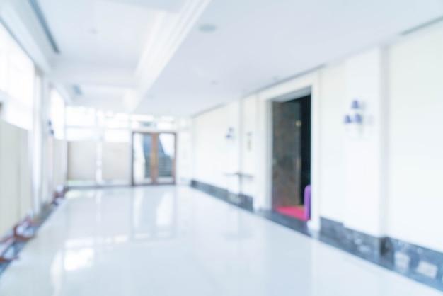 Vista interna vaga del fondo astratto che guarda fuori verso l'ingresso dell'ufficio e la porta di entrata vuote