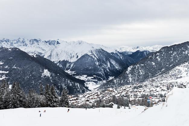 Vista invernale sulla valle delle alpi svizzere, verbier, svizzera
