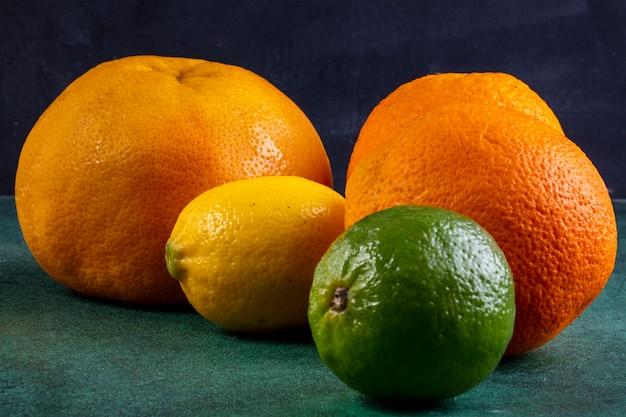 Vista laterale arance con pompelmo e lime con limone
