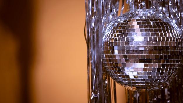 Vista laterale cofetti d'argento e globo per la festa