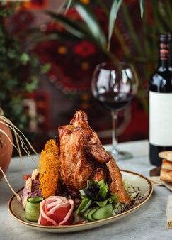 Vista laterale degli ortaggi freschi arrostiti del wjth del pollo sul piatto bianco