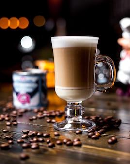 Vista laterale dei chicchi di caffè del latte