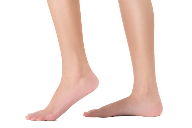 Vista laterale dei piedi della donna nella posa ambulante, isolata su priorità bassa bianca.
