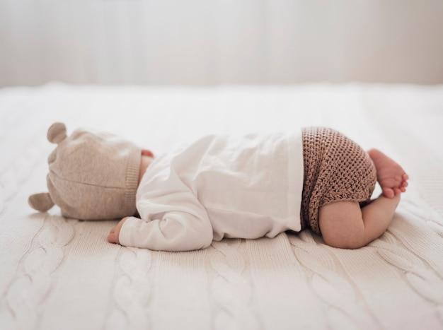 Vista laterale del bambino appena nato che dorme