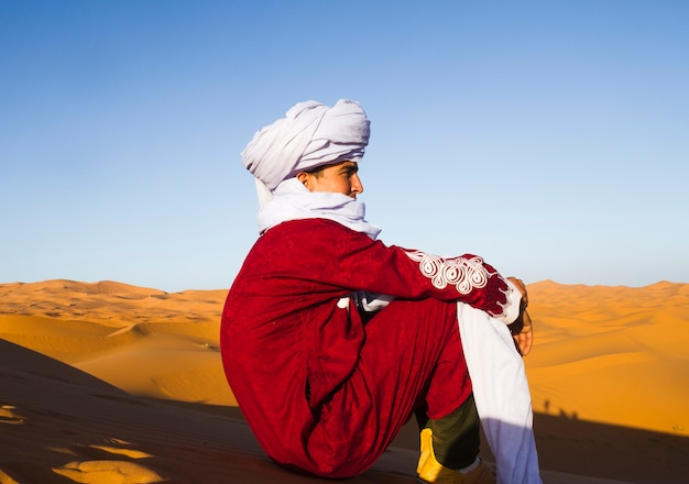 Vista laterale del beduino guardando in lontananza