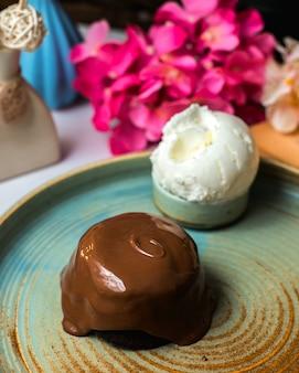 Vista laterale del classico cioccolato fondente su un piatto