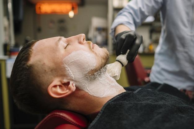 Vista laterale del concetto di barbiere