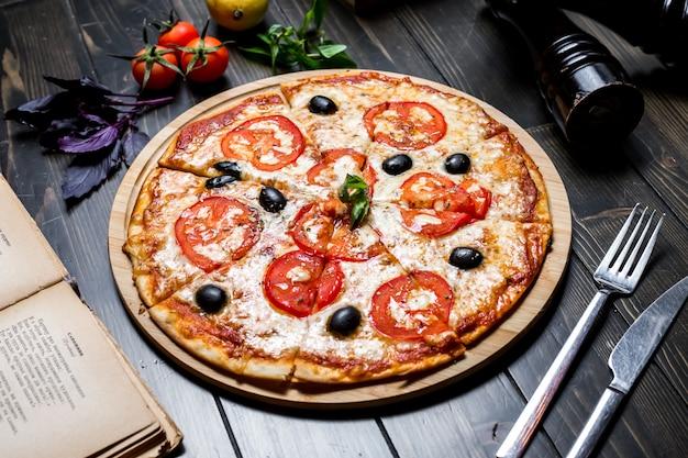 Vista laterale del formaggio del pomodoro della pizza della margarita