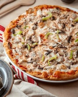Vista laterale del formaggio misto dei peperoni dolci del fungo del pollo della pizza