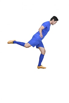 Vista laterale del giocatore di football americano asiatico calciare la palla