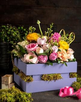 Vista laterale del mazzo leggero delle rose