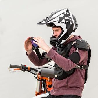 Vista laterale del motociclista con casco