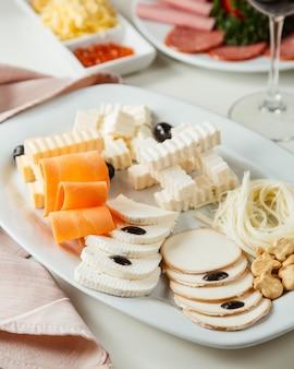 Vista laterale del piatto di formaggi