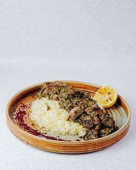 Vista laterale del pilaf con erbe e spezie di carne in umido