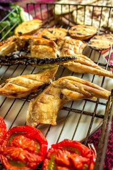 Vista laterale del pollo alla griglia con verdure