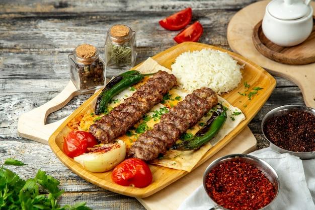 Vista laterale del riso di vegetablera di lula kebab