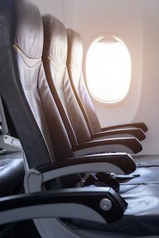 Vista laterale del sedile dell'aeroplano vuoto in aereo prima del decollo