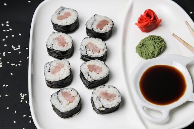 Vista laterale del sesamo del wasabi dello zenzero del riso del rotolo di color salmone