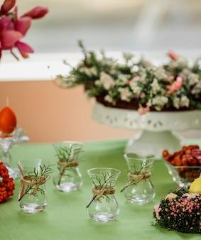 Vista laterale del tradizionale azero turco a forma di pera di vetro per tè nero armudu sulla parete verde