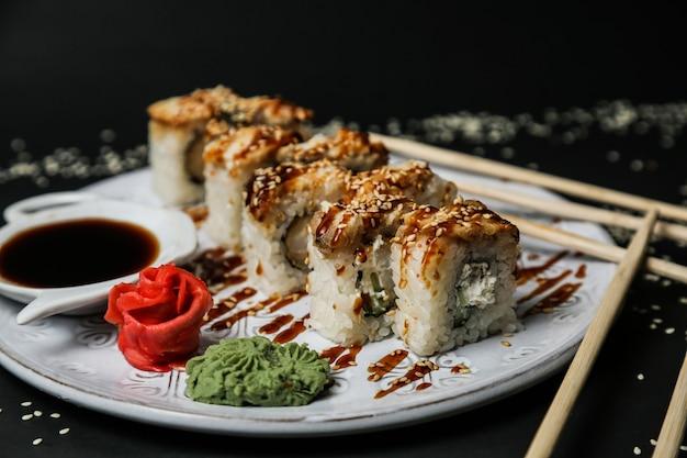 Vista laterale del wasabi dello zenzero del formaggio cremoso del cetriolo dei gamberetti di ebi maki