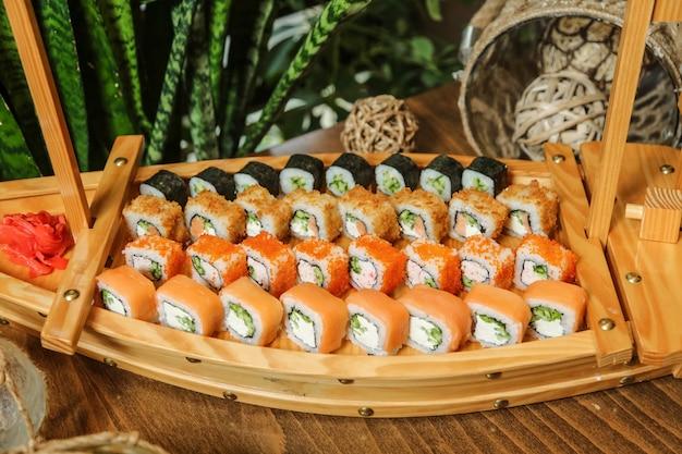 Vista laterale del wasabi dello zenzero dello zenzero del maki cappa del maki del granchio di philadelphia dei sushi