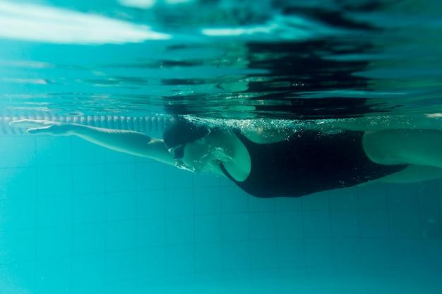 Vista laterale dell'addestramento olimpico del nuotatore