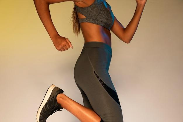 Vista laterale dell'esercizio dell'atleta