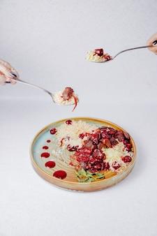 Vista laterale della carne e delle ciliege di riso bollite