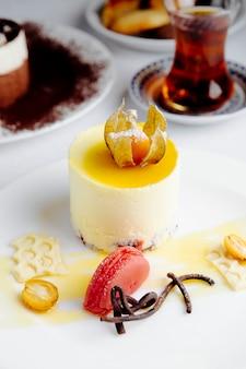 Vista laterale della cheesecake condita con kumquat