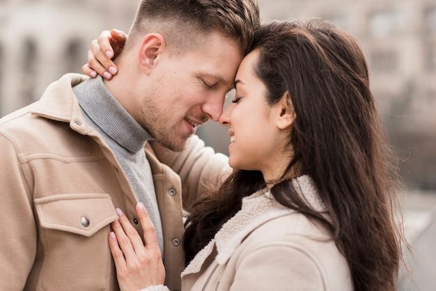 Vista laterale della coppia romantica abbracciata