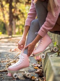Vista laterale della donna in pattini a rotelle con calze