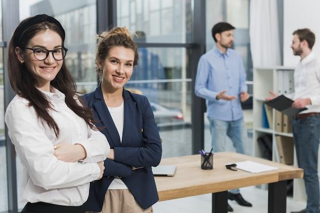 Vista laterale della donna nelle prospettive aspettanti di intervista di lavoro dell'ufficio