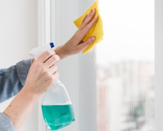 Vista laterale della finestra di lavaggio della donna