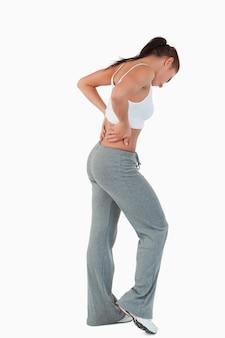 Vista laterale della giovane donna con le mani sulla sua anca
